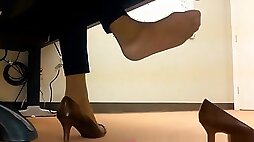 Dangling Foot Fetish At the office Vends ta culotte